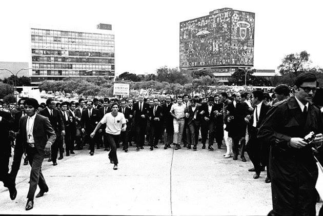Manifestação de 1 de agosto de 1968 na Cidade do México, encabeçada pelo reitor da UNAM, Javier Barros Sierra