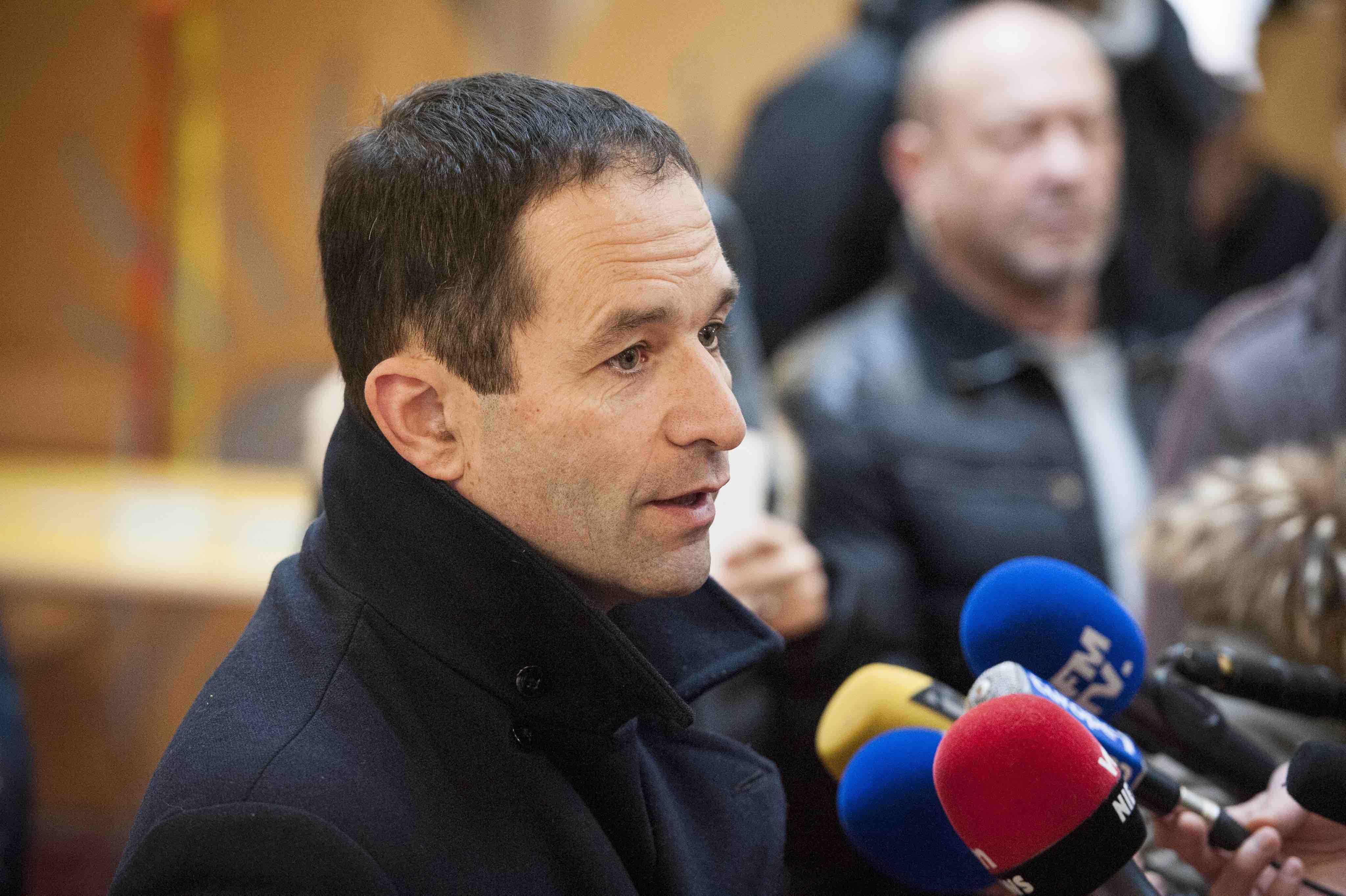 Benoît Hamon presta declarações aos jornalistas. Foto Jeremy Lempin/EPA/Lusa.