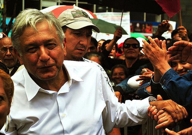 Quem é López Obrador, o candidato progressista que lidera as sondagens no México?