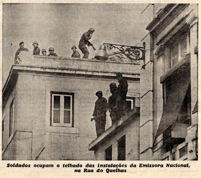 Soldados ocupam o telhado das instalações da Emissora Nacional, na Rua do Quelhas. Imagem de A Capital de 25 de abril de 1974, edição das 12 horas.