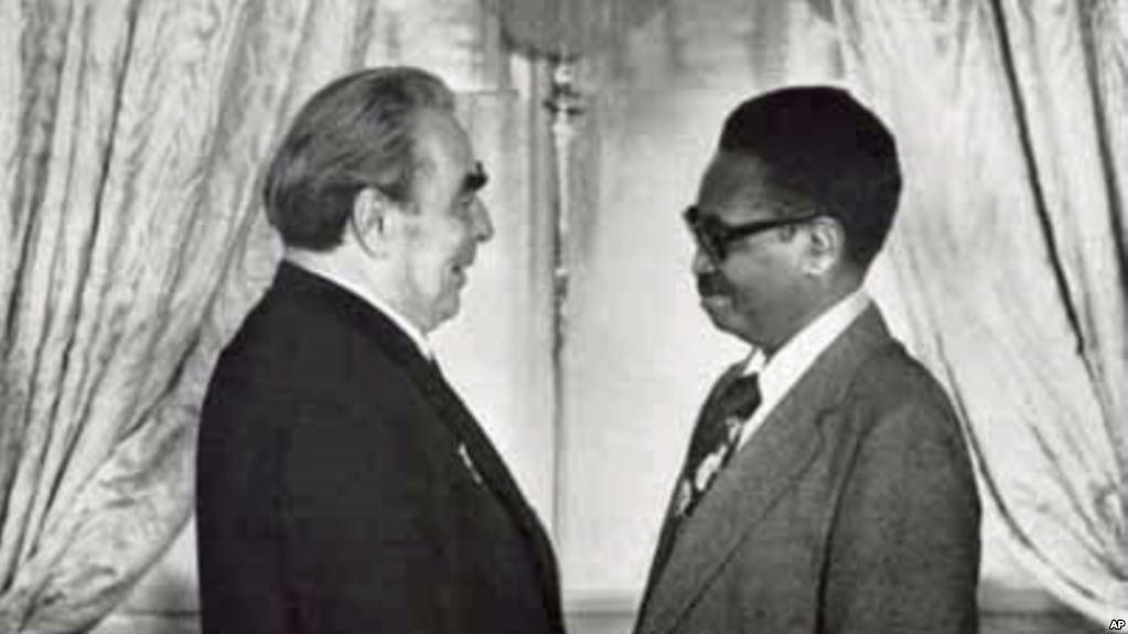 O então secretário-geral do PCUS, Leonid Brejnev, com Agostinho Neto