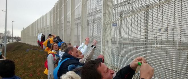 Protesto no muro de Calais - Foto de migrantsrights.org.uk