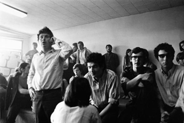 Reunião do Movimento 22 de março, em 29 de março com, da direita para a esquerda: Daniel Bensaïd (óculos de sol), Xavier Langlade e, em pé, Daniel Cohn- Bendit