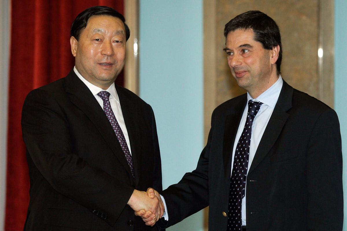 Liu Zhenya, presidente da State Grid, e Vítor Gaspar, ministro das Finanças, após a cerimónia de venda de 25% da REN.