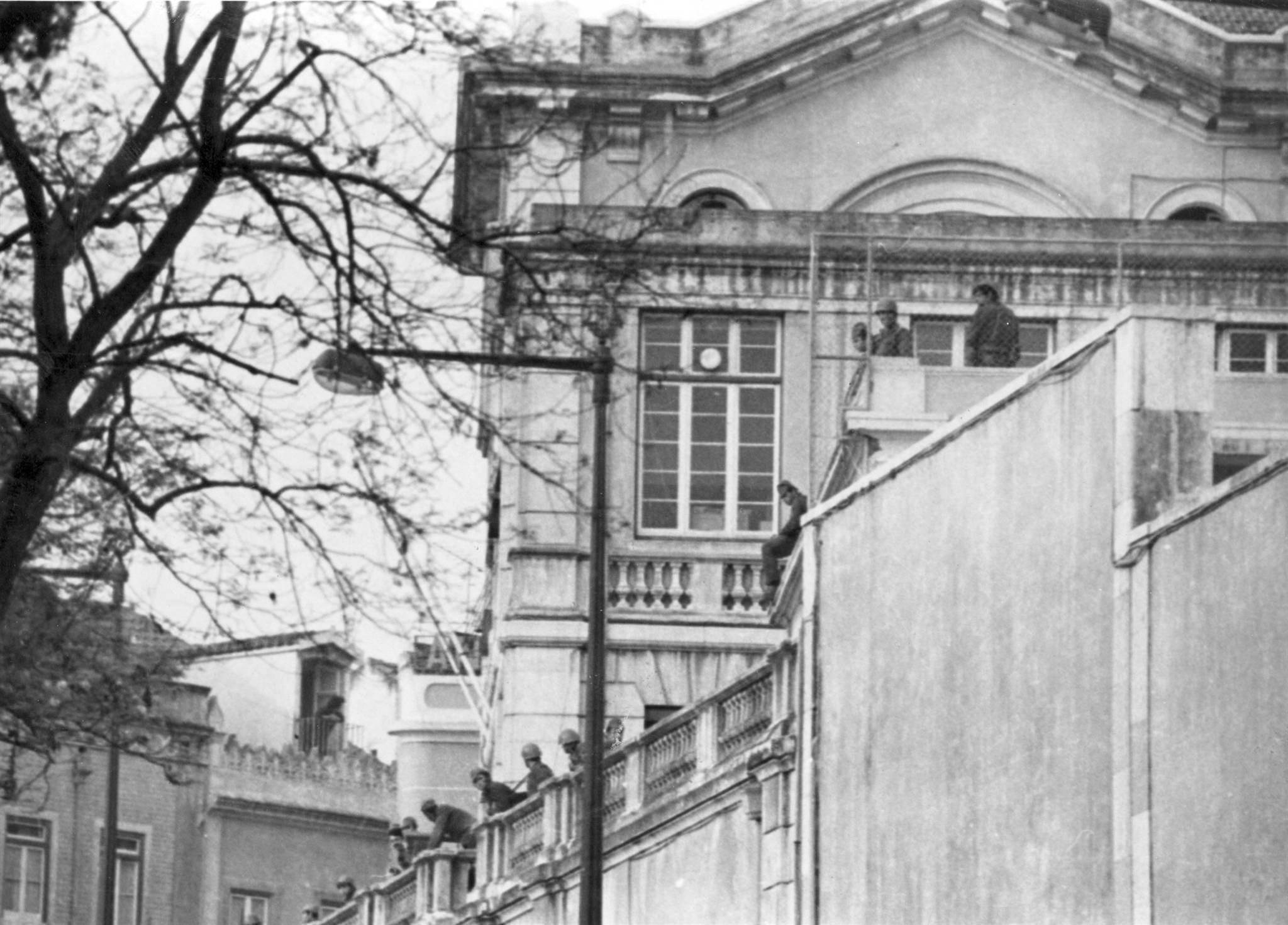 Emissora Nacional ocupada por soldados no dia 25 de abril de 1974. Via Arquivo Municipal de Lisboa.