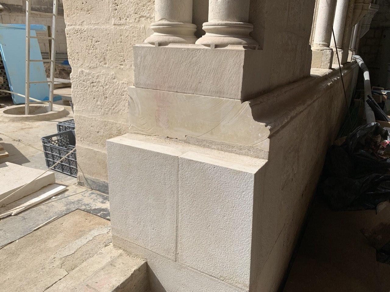 Pedra serrada da fachada do claustro sem autorização ou parecer científico.