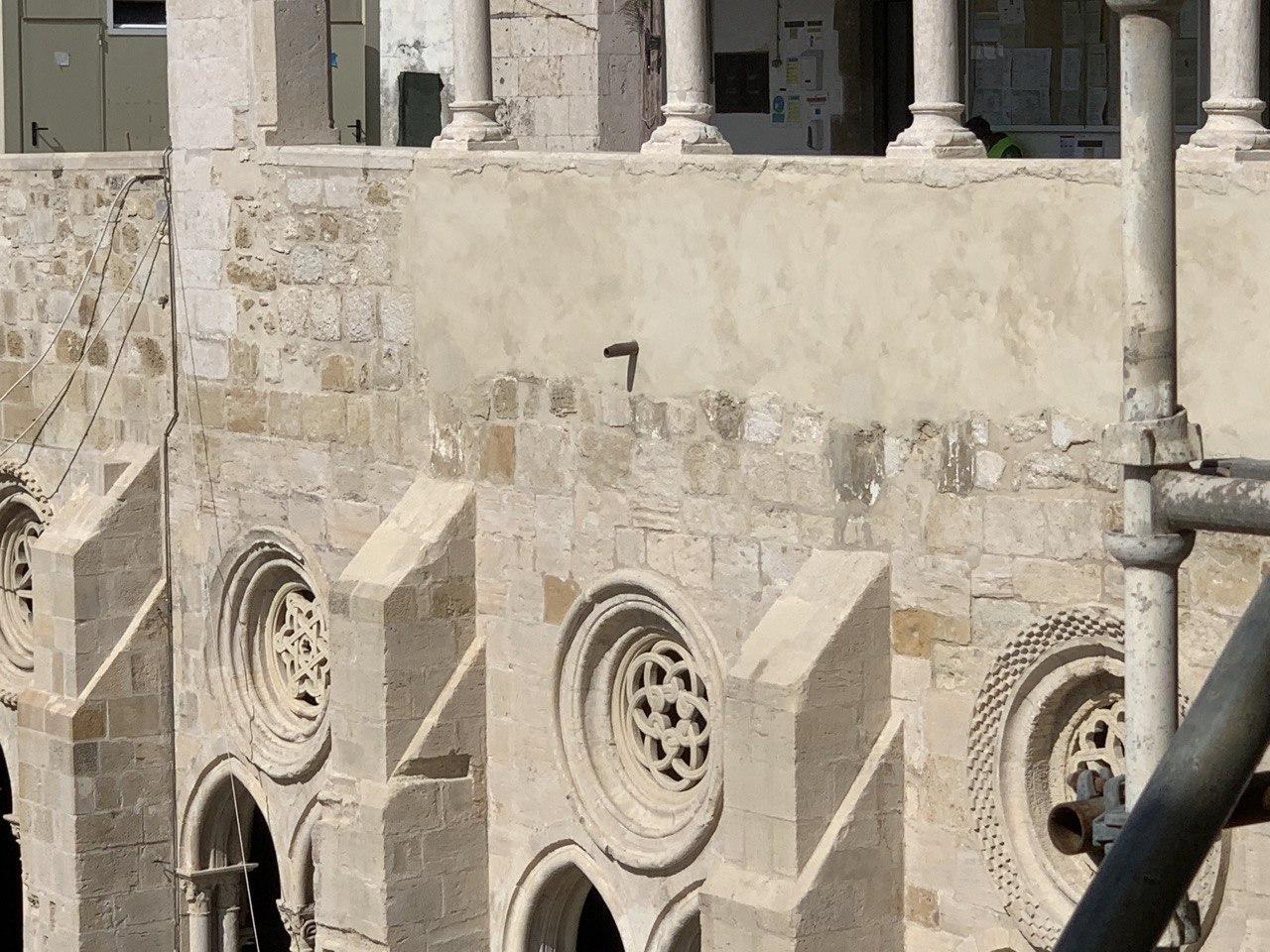 Local da goteira alterada para cima da rosácea, em vez da coluna de suporte do claustro.