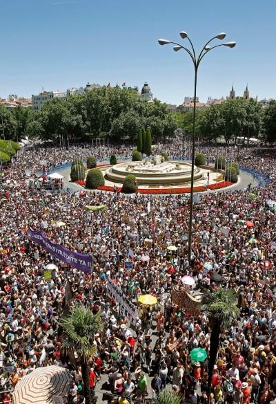 O movimento 15M ganhou este domingo a forma de um enorme 19J (19 de Junho), juntando mais de 150 mil pessoas na Praça de Neptuno, em Madrid, às portas do Congresso dos Deputados. Foto Ballesteros/EPA/LUSA.