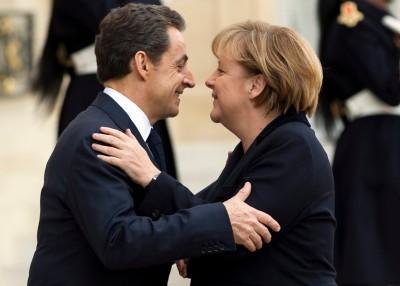 """Merkel e Sarkozy querem que os governos do euro assumam no direito interno, de preferência nas constituições nacionais, um objetivo vinculativo de equilíbrio orçamental (défice zero), a chamada """"regra de ouro"""". Ian Langsdon/EPA/LUSA."""