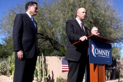 O xerife Paul Babeu abandonou a campanha de Mitt Romney depois de assumir uma relação amorosa com um imigrante mexicano.