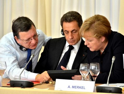 """A S&P acusa os líderes europeus de não compreenderem as causas da crise. A Comissão diz que a decisão é """"aberrante""""."""
