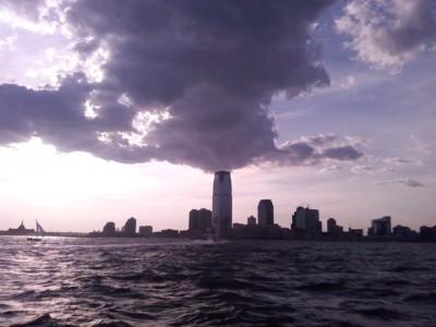 Imagem da Torre Goldman Sachs. Actualmente, os ex-funcionários do banco trazem nuvens negras para os trabalhadores europeus.