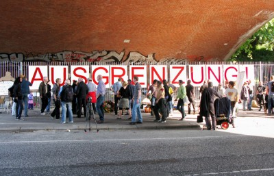 Ponte Kersten-Miles em Hamburgo, na faixa pode ler-se: Exclusão!