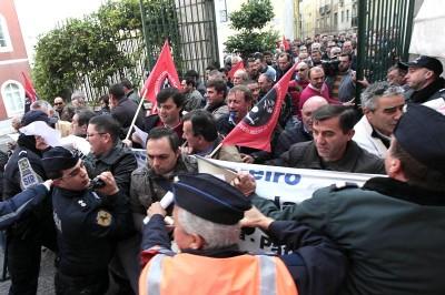 Os trabalhadores da EMEF romperam o cordão policial para conseguirem chegar à entrada da sede da CP.