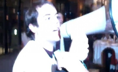 Cerca de uma dúzia de manifestantes ligados ao movimento Geração à Rasca foram esta segunda-feira à noite expulsos do local onde o secretário-geral do PS falava, depois de terem interrompido José Sócrates mal este iniciou a apresentação da sua moção política ao congresso do partido, em Viseu.
