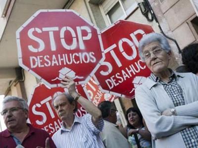 É a face mais perversa da crise económica em Espanha: a cada dia mais de 500 famílias são expulsas de suas casas pela impossibilidade de seguir pagando o financiamento do imóvel ao banco.