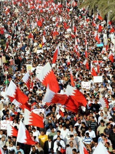 """""""Se os dirigentes do Bahrein forem destituídos, então será difícil impedir um levantamento nacional-democrático na Arábia Saudita"""" - Manifestação em Manama, Bahrein, 4 de Março de 2011, foto de Mazen Mahdi/Epa/Lusa"""