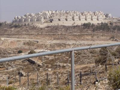 Os responsáveis da Autoridade Palestiniana lembram que a construção de colonatos judaicos foi já considerada ilegal pelo Tribunal Internacional de Justiça.