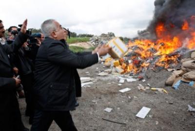 Na Cisjordânia ocupada, Salam Fayyad incendeia produtos vindos das colónias israelitas. Foto de Mustafa Abu Dayeh/MaanImages