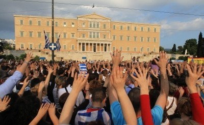 Pelo 12.º dia consecutivo, 10 mil concentram-se em frente ao Parlamento em protesto. Foto de Orestis Panagiotou, EPA/Lusa.
