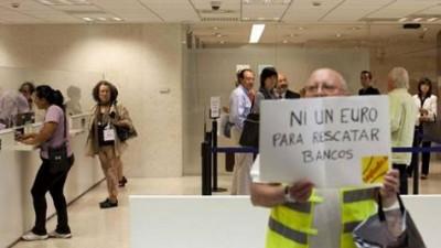 """""""Nem um euro para resgatar bancos"""" - protesto de indignados contra Bankia"""