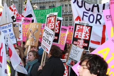 Estudantes protestam contra aumento das propinas máximas de 3 850€ para 10 531€ e cortes nos orçamentos das universidades, que chega a atingir os 40%. Foto de Plaid, Flickr.
