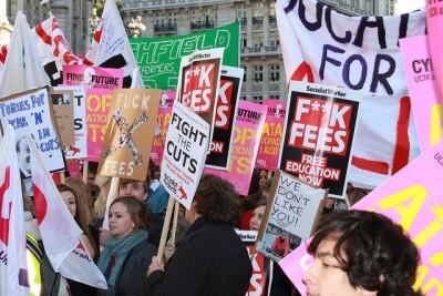 Em Londres, estudantes protestam contra aumento das propinas máximas de 3 850€ para 10 531€ e cortes nos orçamentos das universidades, que chega a atingir os 40%. Foto de Plaid, Flickr.