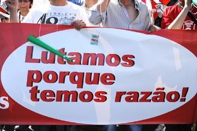 """""""Lutamos porque temos razão"""" faixa transportada na manifestação de 29 de Maio de 2010 - Foto de Paulete Matos"""