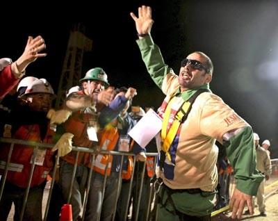 """Mário Sepulveda, o segundo mineiro a ser resgatado declarou: Este país precisa entender que são necessárias mudanças"""" - Foto de Hugo Infante/Epa/Lusa"""