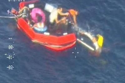 Enquanto aguardavam resgate, imigrantes usaram salva-vidas atirados por helicópteros.