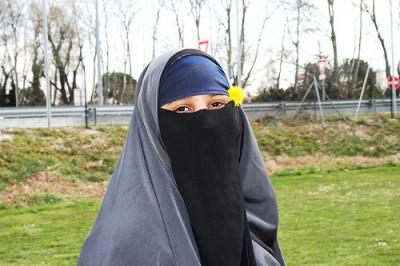 A lei da direita francesa pode provocar o aumento do uso das burqas ou niqabs no país, temem os investigadores sociais. Foto bbcworldservice/Flickr