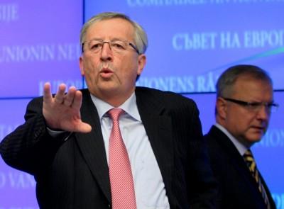 O Presidente do Eurogrupo e primeiro-ministro do Luxemburgo, Jean-Claude Juncker, e Olli Rehn, Comissário do FMI, na reunião deste domingo, em Bruxelas, dos Ministros das Finanças europeus. Foto Olivier Hoslet/EPA/LUSA
