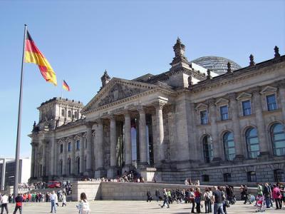 """Na verdade, a Alemanha não """"ajuda"""" a Grécia, assim como não  """"ajudaria"""" a Espanha ou Portugal. A Alemanha """"ajuda-se"""" a si mesma,  suprindo, até ao montante de que lhe convém dispor. Artigo de João  Alexandrino Fernandes."""
