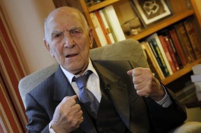 """Stéphane Hessel. Aos 94 anos, depois de lutar na Resistência, sobreviver aos campos nazistas e escrever a Declaração Universal dos Direitos Humanos, Stéphane Hessel publicou um livrinho de 32 páginas - """"Indignem-se""""."""