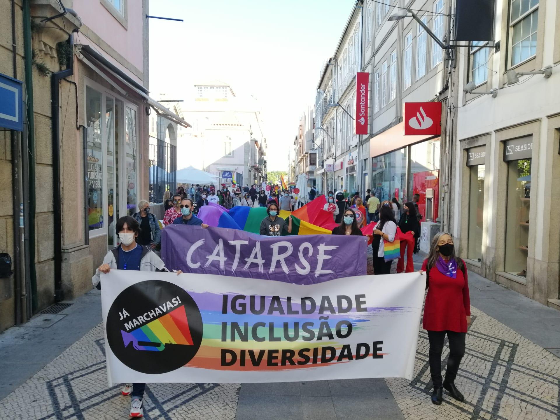 """""""Igualdade, Inclusão, Diversidade"""", lê-se nas faixas da Marcha LGBTI+ em Viseu."""