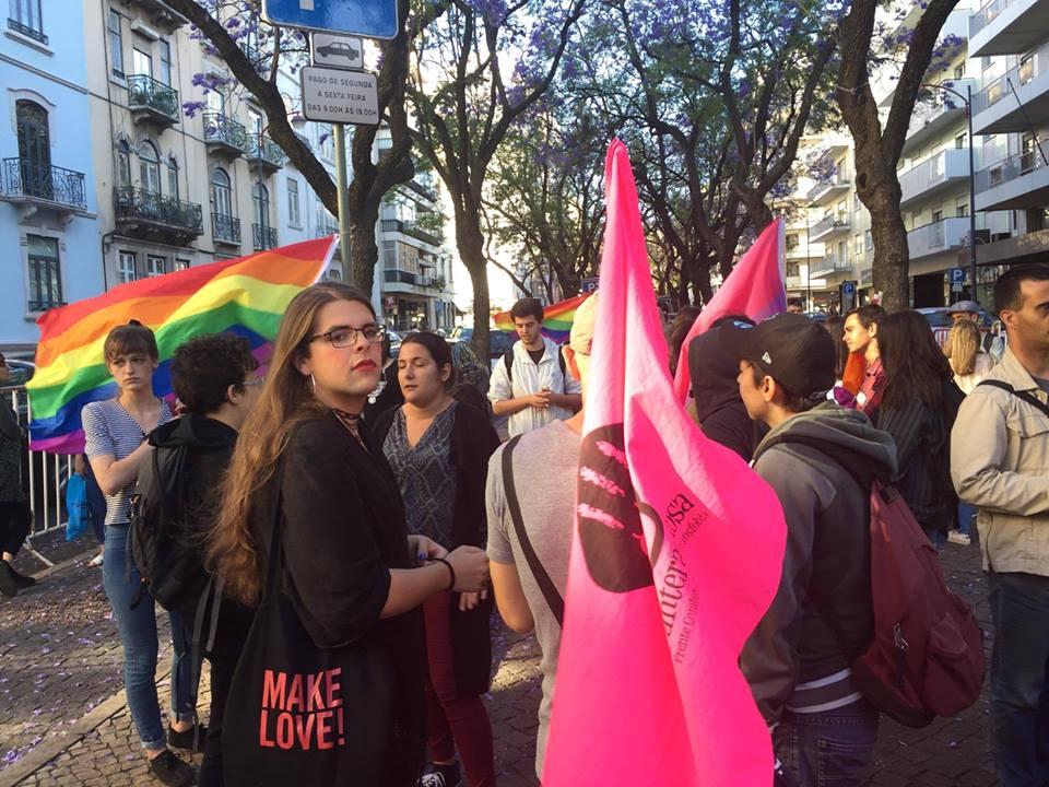 Protesto #EscolaSemHomofobia em Lisboa, do facebook de Dezanove.