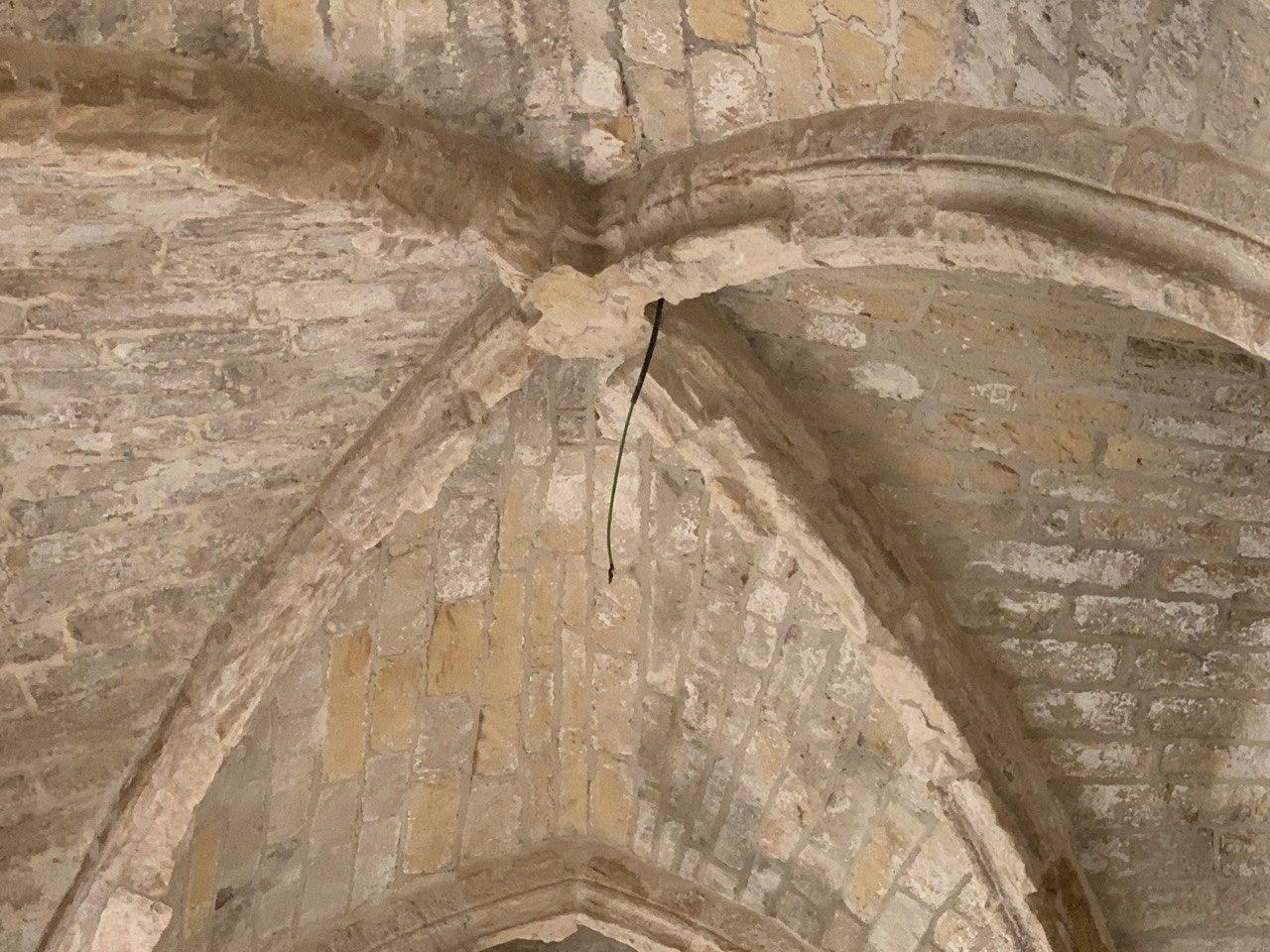 Abóbadas furadas do claustro da Sé de Lisboa para introdução de cablagem elétrica.