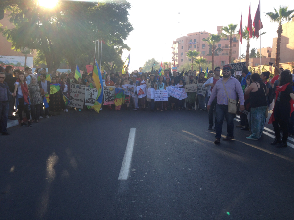 Desde o Estádio El Harti até à praça de Bab Doukala, a manifestação atraiu a atenção da população que se juntou à marcha