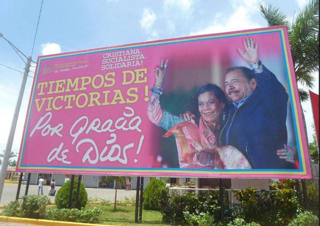 """Cartaz de campanha de Ortega e Murillo: """"Pela graça de Deus"""""""
