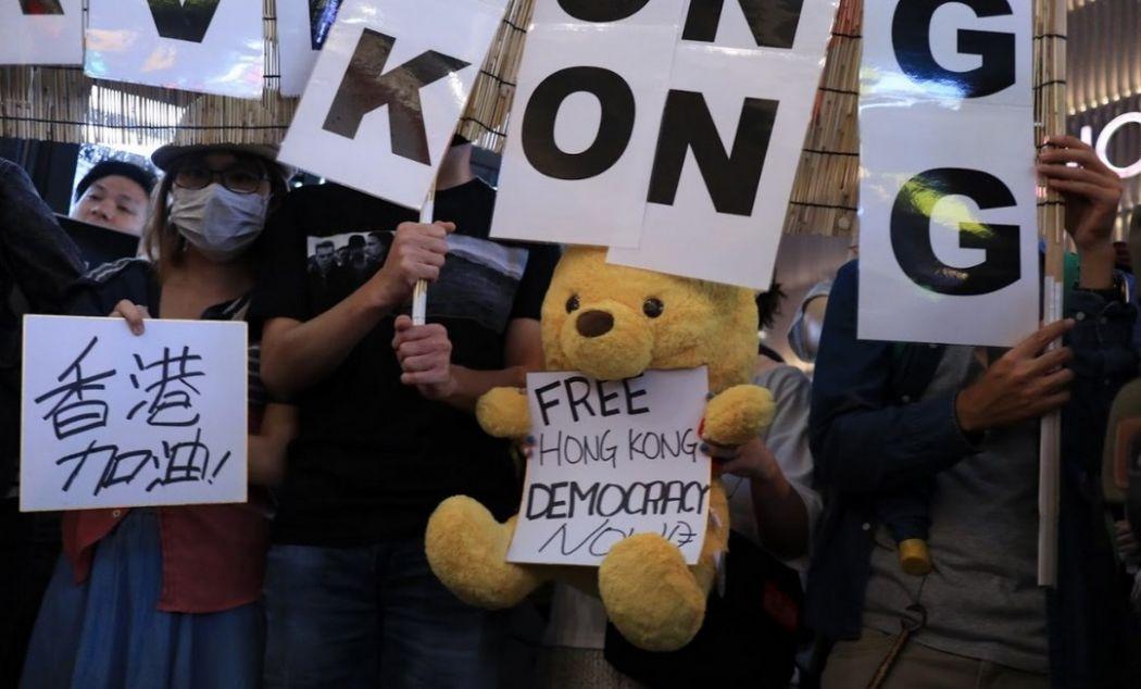 Manifestantes protestam contra a lei de extradição de Hong Kong no G20 de Osaka.