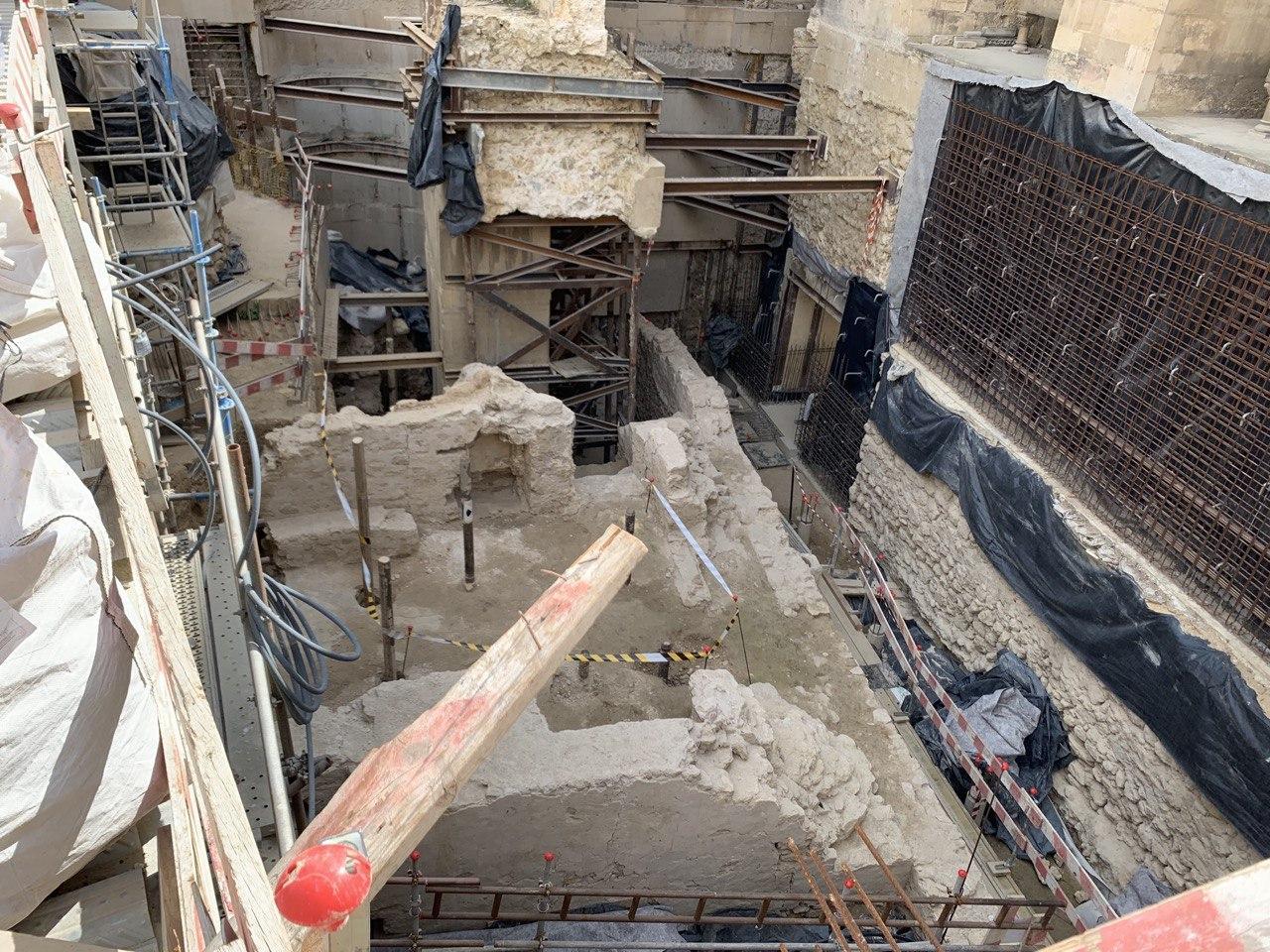 Secção da base do minarete da mesquita, sala de banhos e muralha que seria destruída pelo projeto de salvaguarda da DGPC.