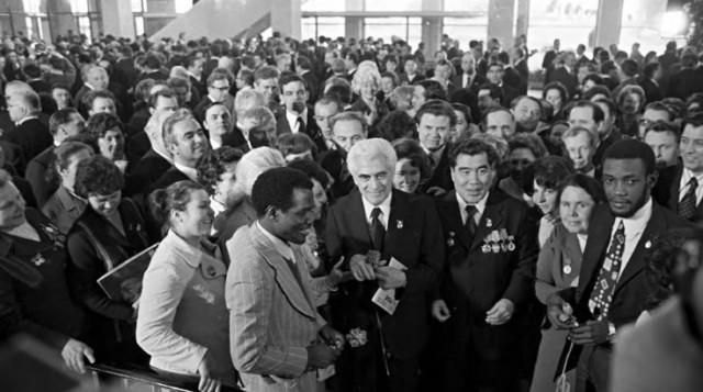 """Cunhal encontra Nito Alves no XXV Congresso do PCUS em 1976. Foto da Fotobiografia """"Álvaro Cunhal, o Homem e o Mito"""", de Joaquim Vieira"""