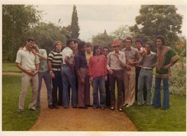 A equipa de basquete do Vila Clotilde numa deslocação ao Huambo, em 73-74. Jorge Fernandes está no centro, de cabelo comprido. Atente-se ao visual hippie, seguindo a moda da época.