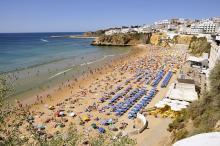 No fim de semana a máxima em Lisboa irá rondar os 24/26 graus e no início da semana poderão estar nos 27/28 – Praia de Albufeira, foto wikipedia