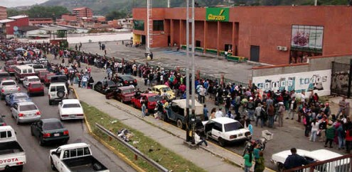 "Fila de pessoas no supermercado ""El Garzón"", Mérida, Venezuela, junho de 2016 – Foto aporrea.org"