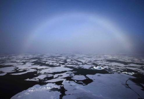 Arco íris sobe o gelo derretido do Ártico