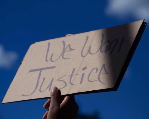 Cartaz a exigir justiça. Foto do Facebook do DSA de Nova Iorque.