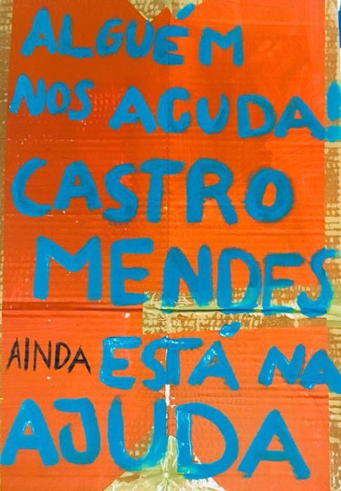 """""""Alguém nos acuda. Castro Mendes está na Ajuda"""". Pancarta da manifestação de 6 de abril."""