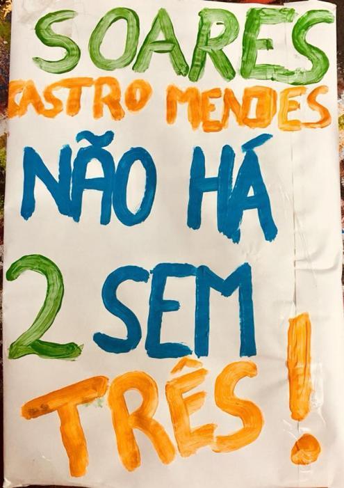 """""""Soares, Castro Mendes, não há 2 sem três!"""". Pancarta do protesto de 6 de abril."""