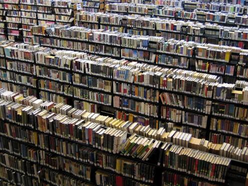 Estantes de uma biblioteca pública em Boston